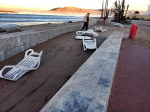 بالصور.. صغير التسونامي يحرر الملك العمومي بشاطئ أكادير