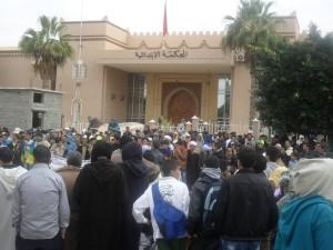 """مسيرة تضامنية ثانية مع """"إجو بكاس"""" وأسرتها المعتصمة أمام ابتدائية تيزنيت"""
