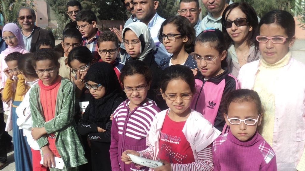 طلبة من جامعة ابن زهر في عملية لتوزيع النظارات لتلاميذ تامري
