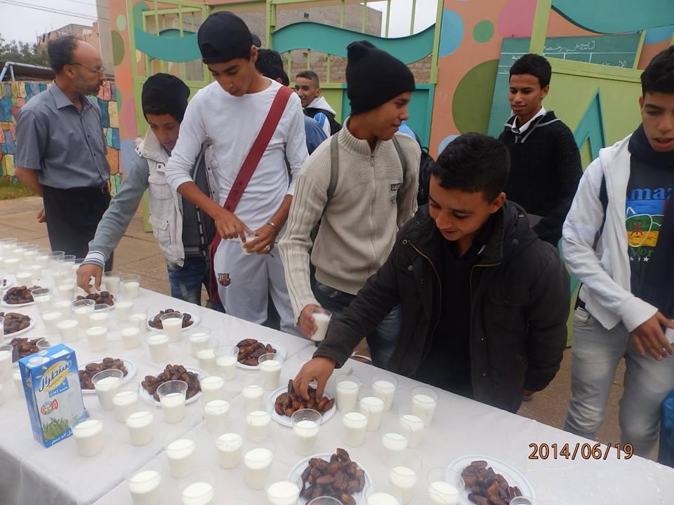 استقبال التلاميذ بالتمر والحليب في ثانوية الزيتون بأولاد جرار