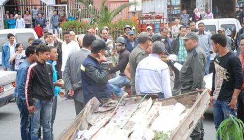 بائع متجول يقوم بمحاولة انتحار فاشلة احتجاجا على منعه من عرض بضاعته