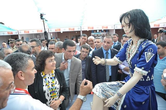 عرض أكبر قفطان مرصع بالفضة في مهرجان تيميزار بتزنيت
