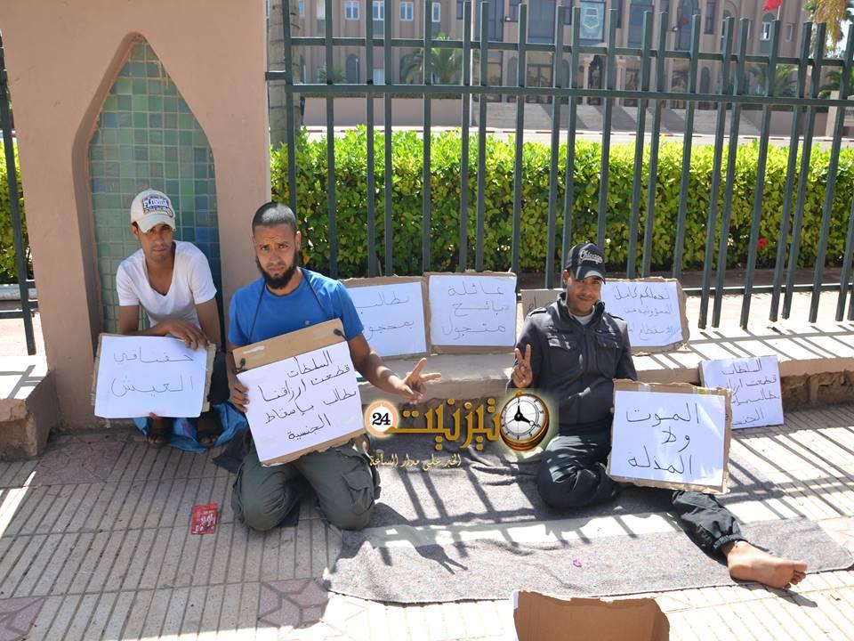 ثلاثة باعة جائلين يعودون للاعتصام أمام عمالة تيزنيت ويعلنون إسقاط الجنسية المغربية عنهم