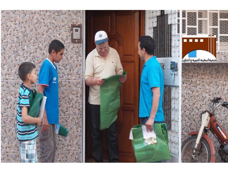 جمعية السكينة توزع أكياسا بلاستيكية على الساكنة بمناسبة الأضحى