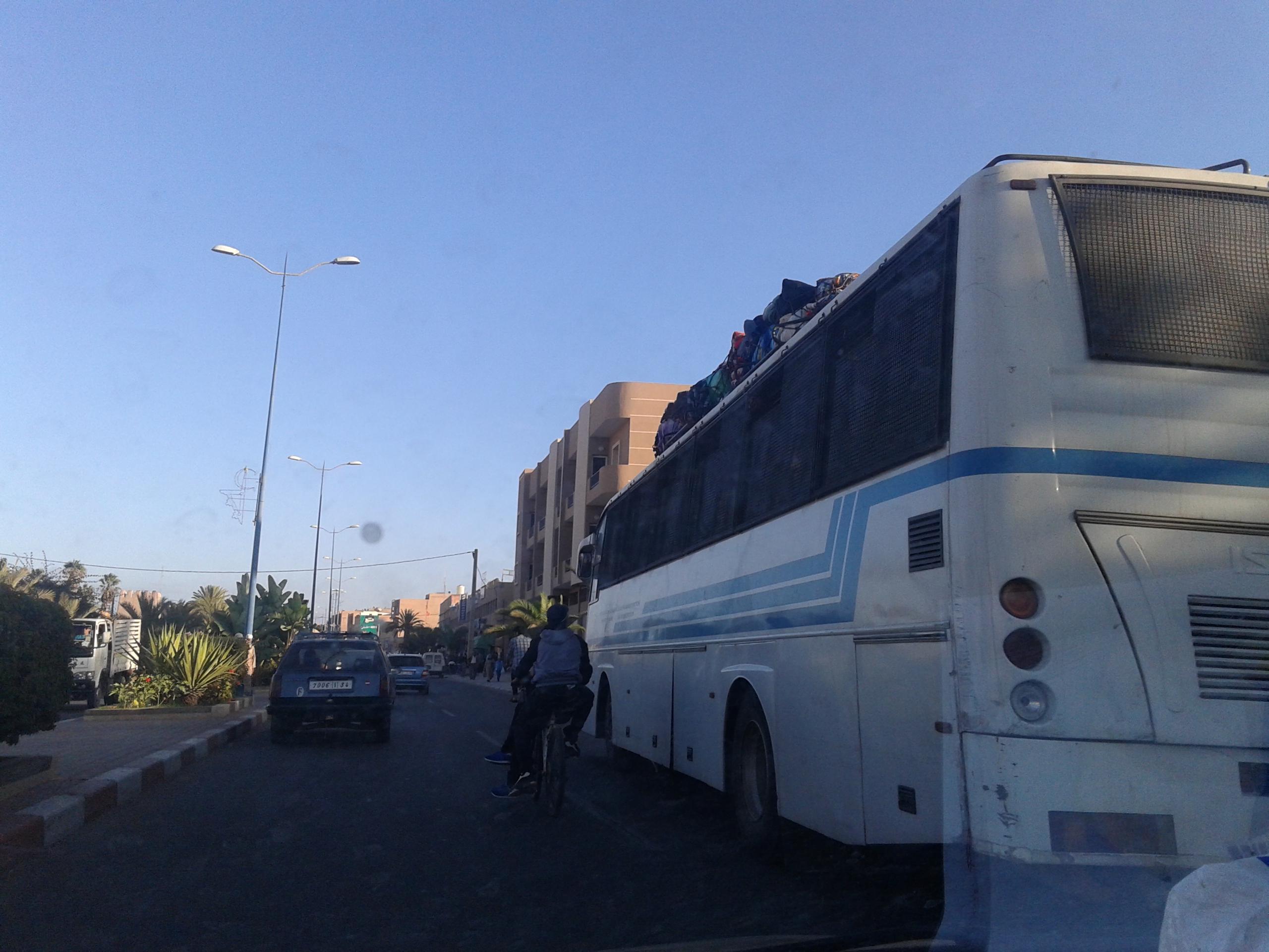 غريب … حافلة تمطر مواطني تيزنيت بوابل من السب والشتم أمام أعين المسؤولين !!!
