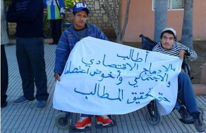 مواطن من ذوي الاحتياجات الخاصة معتصم أمام بلدية بيوكرى لعشرة أيام