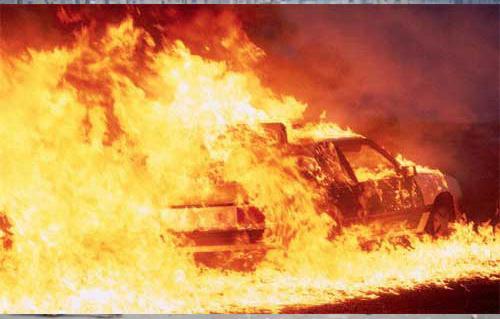 مجهولون يحرقون سيارة أجرة صغيرة ويلوذون بالفرار