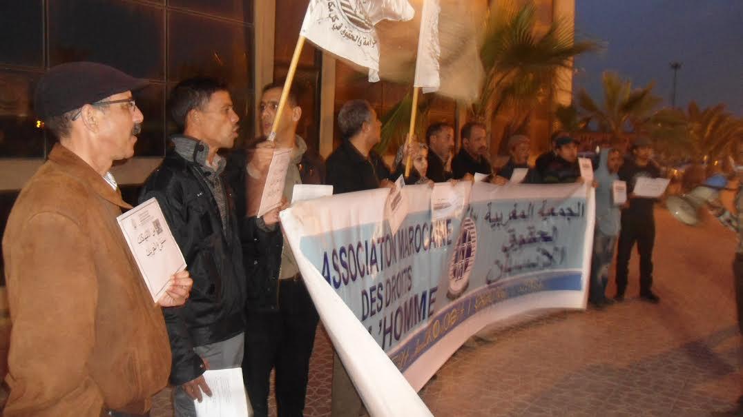 وقفة احتجاجية للجمعية المغربية لحقوق الإنسان أمام عمالة تيزنيت رغم مقاطعة عدد من أعضاء الجمعية لها
