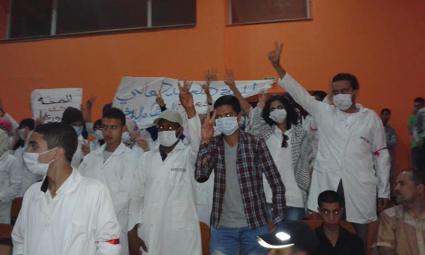 ممرضو المستقبل يحتجونبوضع كمامات الفم في اليوم العالمي للممرض بتيزنيت