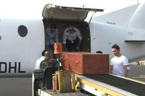 الملك يستقبل والد الطيار بحتي مباشرة بعد انتهاء مراسيم الجنازة