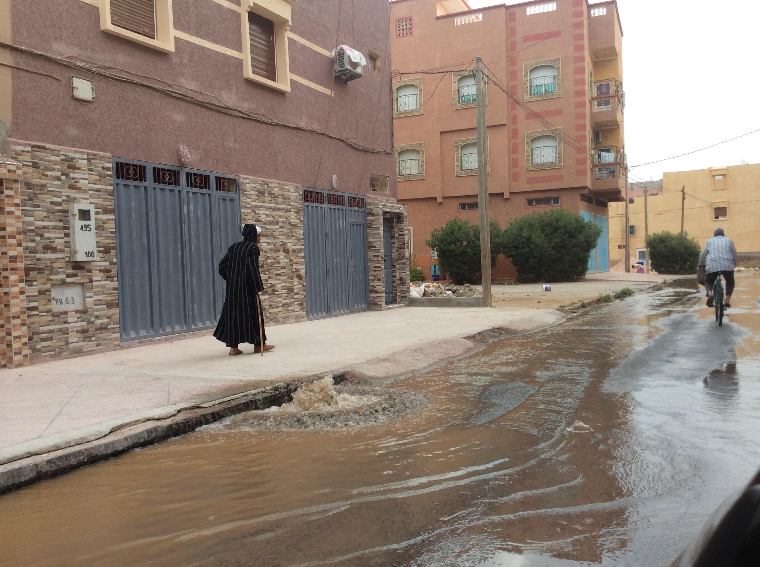 """انفجار قناة لمياه الشرب يغرق زنقة """"إداولتيت"""" بتيزنيت ولا أحد يحرك ساكنا"""