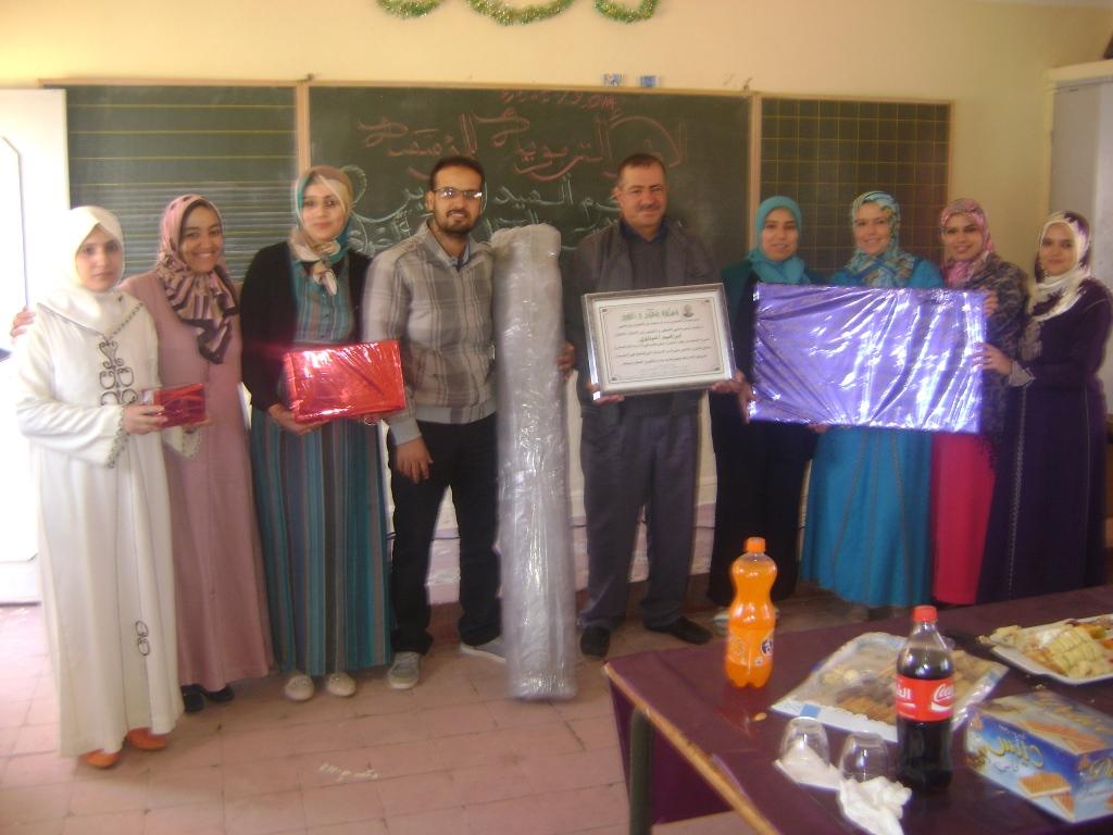 الأطر التربوية والتلاميذ يكرمون مدير مجموعة مدارس سعيد بن الحسين بن يحيى بتيزغران