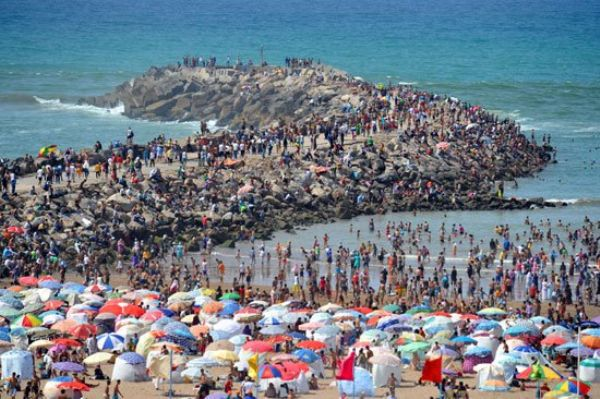 «الفوضى» تعود إلى الشواطئ المغربية وتثير غضب المصطافين!