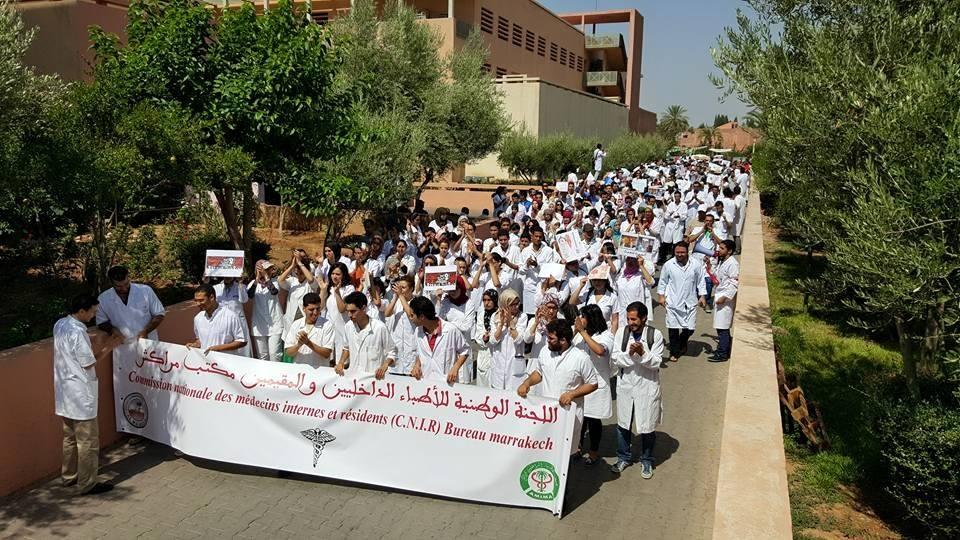 وقفة الطلبة الأطباء و الأطباء المقيمين و الداخليين للتنديد بالخدمة الإجبارية