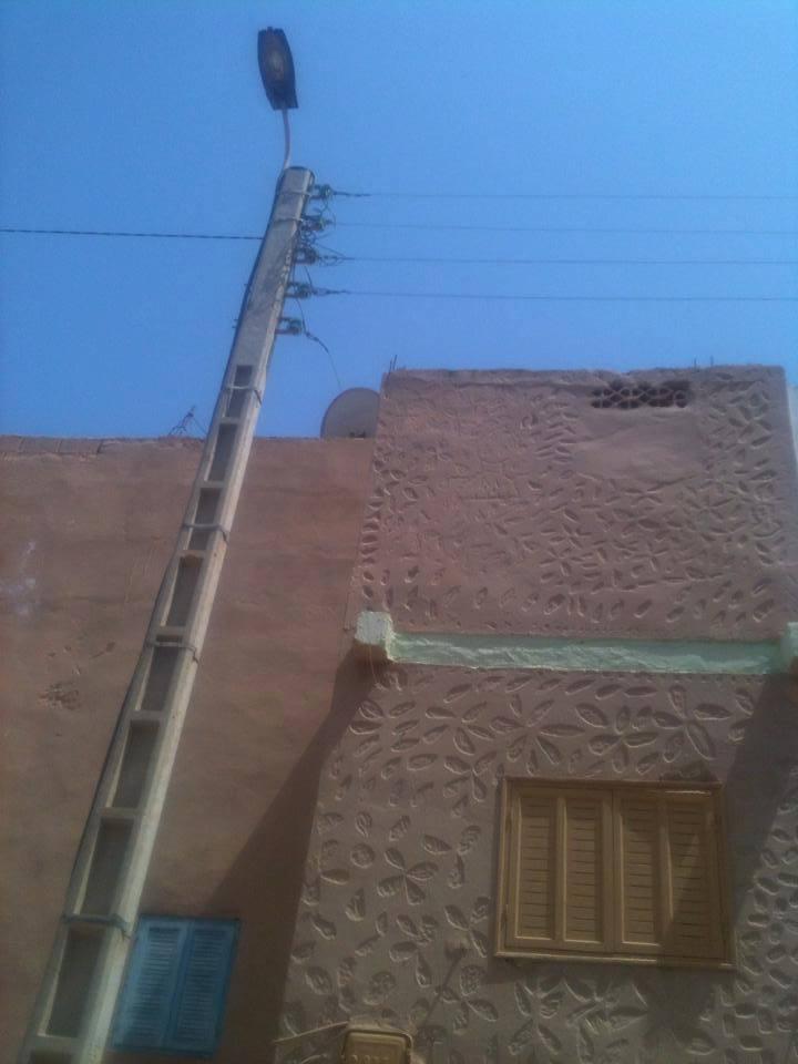 سلك كهربائي يهدد حياة المارة والمسؤولون في دار غفلون