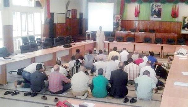 مستشارو المعارضة يؤدون صلاة الجمعة داخل قاعة المجلس البلدي