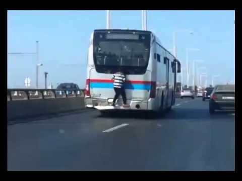 طفل يخاطر بحياته !