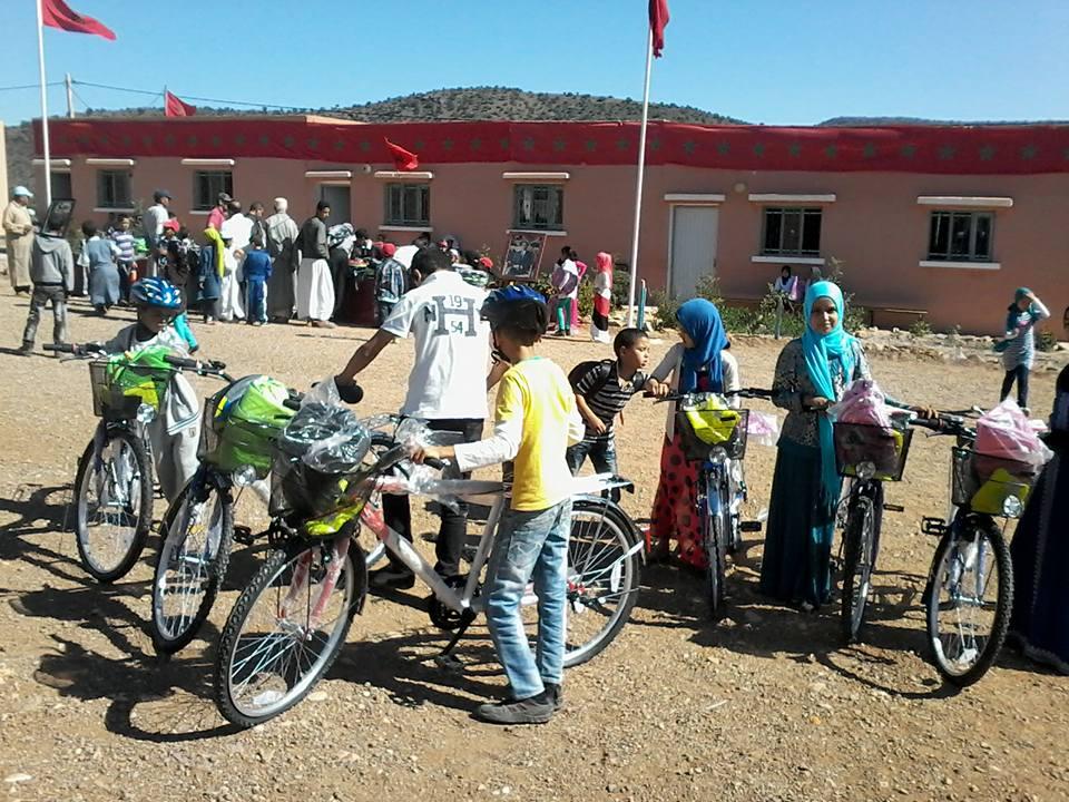 توزيع الدراجات العادية والمحافظ بجماعة أنزي