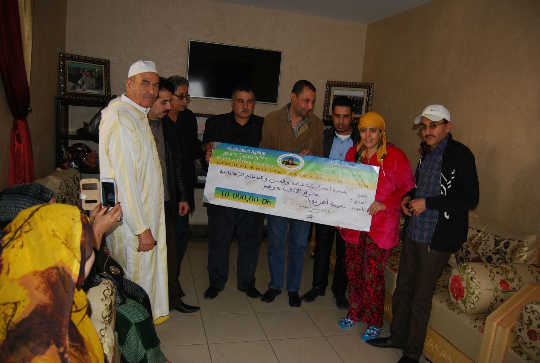 """أكادير .. جمعية أجفرار وفنانون أمازيغيون في زيارة إلى الفنانة """"أهرمود"""" المصابة بالسرطان"""