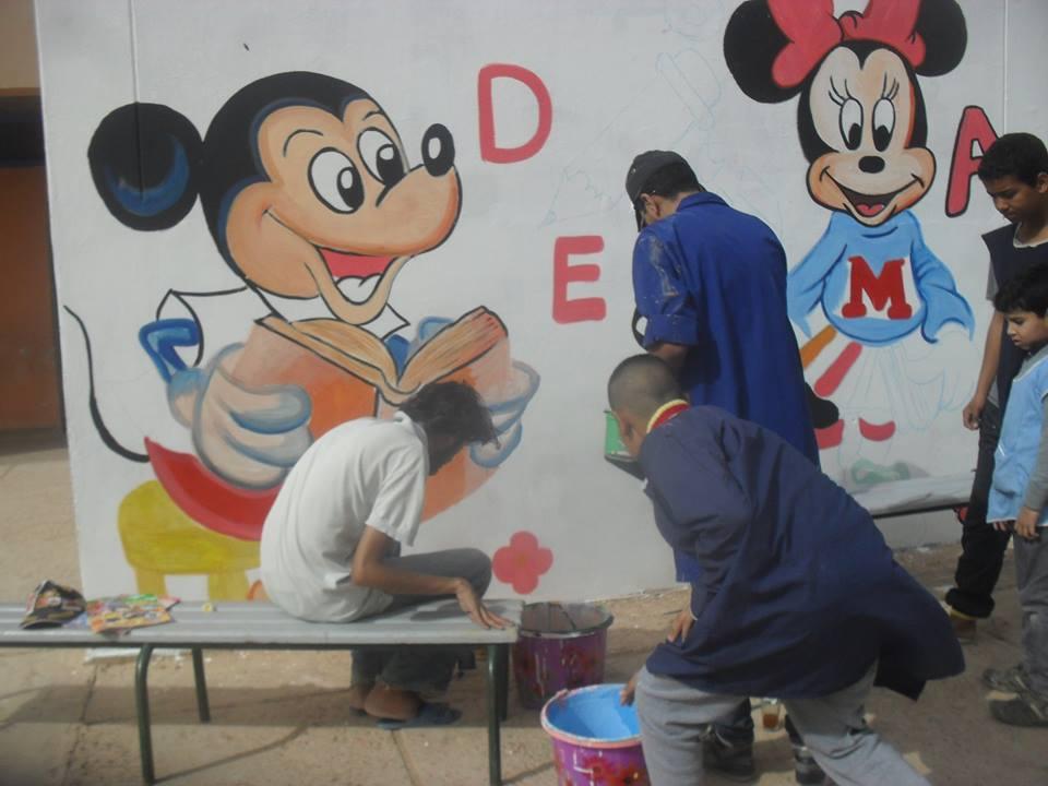 تيزنيت : مدرسة 18 نونبر ….. رسم الجداريات تشجيعا للتلاميذ على الإبتكار