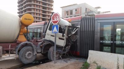 شاحنة تدوير الاسمنت تدهس عربة ترامواي