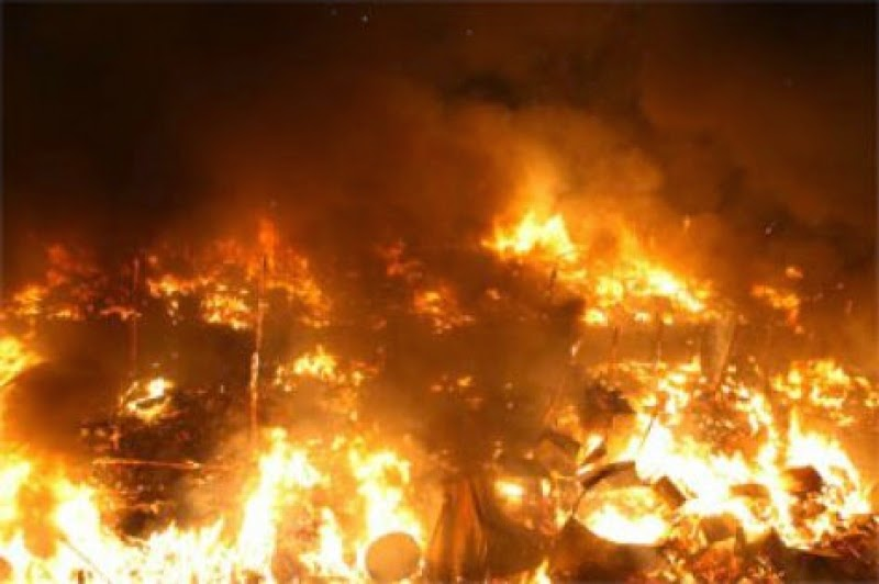 النيران تلتهم مستودعا للأخشاب