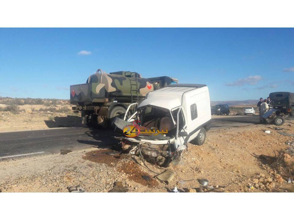 اصابة اربعة اشخاص في حادث سير خطير ادى الى انشطار سيارة الى نصفين/ صور