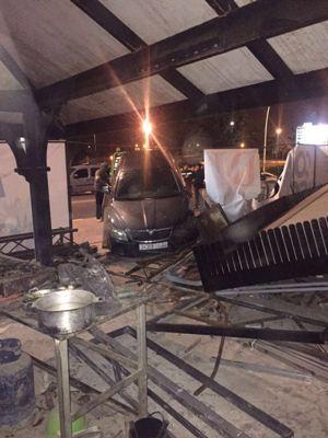 بالصور:سيارة مجنونة تخترق مطعما بكورنيش أكادير في جنح الظلام