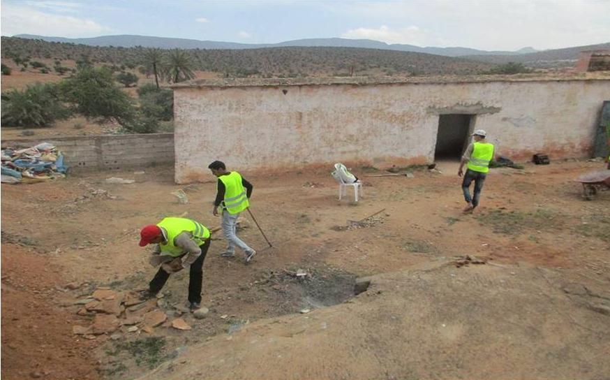 شباب و فاعلون مدنيون بانزي ينفضون الغبار عن نقوش صخرية بالمنطقة