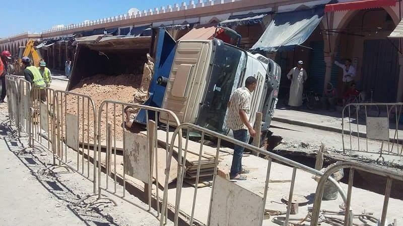انقلاب شاحنة في ورش حماية تيزنيت من الفيضانات