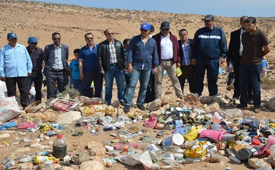 عامل اقليم تيزنيت يشرف على عملية جمع وإتلاف الأكياس البلاستيكية باكلو