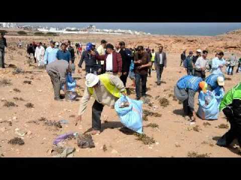 بالفيديو : جمع و اتلاف الاكياس البلاستيكية باكلو
