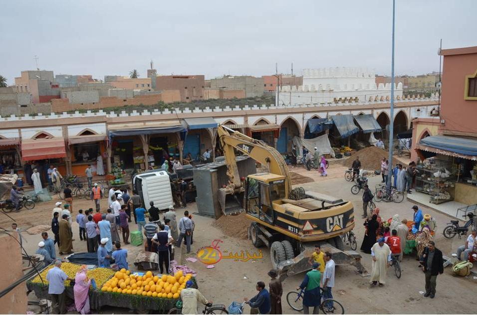 بالصور انقلاب شاحنة بورش حماية تيزنيت من الفيضانات