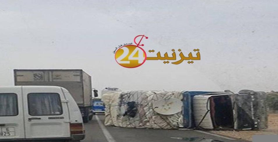 انقلاب شاحنة و سيارة اسعاف في حادثة سير باولاد جرار