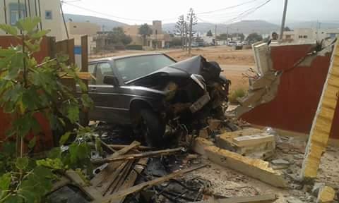 بالصور : سيارة تخترق منزل بمراللفت