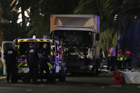 """قتيلا و100 جريح على الأقل في """"هجوم نيس بفرنسا"""