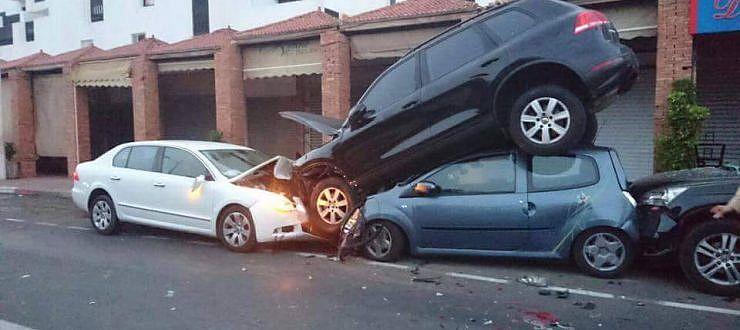 سائق سيارة مجنونة في حالة سكر طافح يأتي على عدد من السيارات المركونة بأكادير.