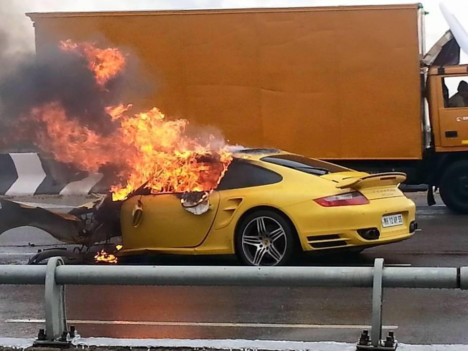 احتراق سيارة بالطريق السيار أكادير مراكش وفرار سائقها وزوجته