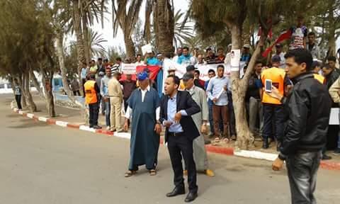 ساكنة دواوير بجماعة ميراللفت تنفذ وقفة احتجاجية امام عمالة سيدي افني