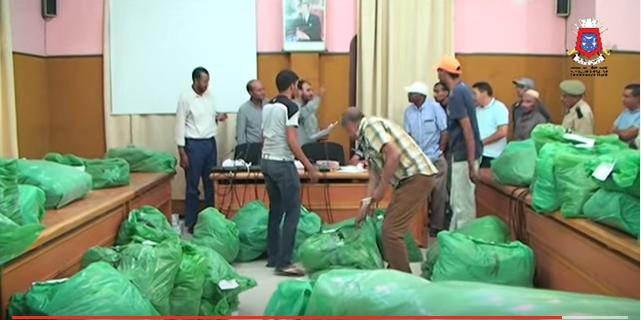 بالفيديو : جماعة تيزنيت توزع الاكياس البلاستيكية على جمعيات الاحياء