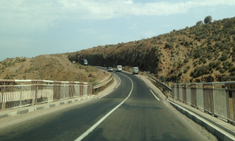 المجلس الاقليمي لتيزنيت يفعل اتفاقيات وزارة التجهيز و النقل لتاهيل عدد من الطرق المحورية بالاقليم